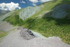 μεγάλα βουνά βουνών τοπίων Χάιλαντς, οι αιχμές βουνών, τα φαράγγια και οι κοιλάδες Οι πέτρες στις κλίσεις Στοκ Εικόνες