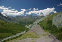 μεγάλα βουνά βουνών τοπίων Χάιλαντς, οι αιχμές βουνών, τα φαράγγια και οι κοιλάδες Οι πέτρες στις κλίσεις Στοκ εικόνα με δικαίωμα ελεύθερης χρήσης