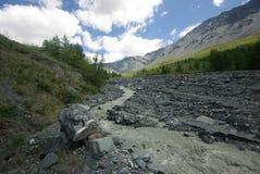 μεγάλα βουνά βουνών τοπίων Χάιλαντς, οι αιχμές βουνών, τα φαράγγια και οι κοιλάδες Οι πέτρες στις κλίσεις Στοκ φωτογραφίες με δικαίωμα ελεύθερης χρήσης