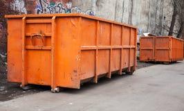 Μεγάλα εμπορευματοκιβώτια απορριμμάτων μετάλλων πορτοκαλιά Στοκ εικόνες με δικαίωμα ελεύθερης χρήσης