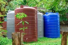Μεγάλα δεξαμενών πλαστικά μεγάλα εμπορευματοκιβώτια αποθήκευσης νερού υγρά στοκ φωτογραφία με δικαίωμα ελεύθερης χρήσης