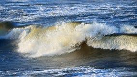 Μεγάλα και ισχυρά κύματα θάλασσας Στοκ Φωτογραφίες