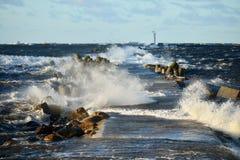 Μεγάλα και ισχυρά κύματα θάλασσας Στοκ εικόνα με δικαίωμα ελεύθερης χρήσης