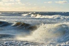 Μεγάλα και ισχυρά κύματα θάλασσας Στοκ εικόνες με δικαίωμα ελεύθερης χρήσης