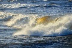 Μεγάλα και ισχυρά κύματα θάλασσας Στοκ Εικόνα