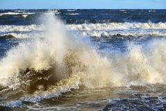 Μεγάλα και ισχυρά κύματα θάλασσας Στοκ Εικόνες