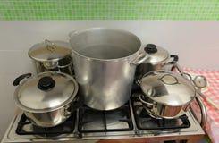 Μεγάλα και μικρά δοχεία στη βιομηχανική κουζίνα στη σόμπα Στοκ εικόνες με δικαίωμα ελεύθερης χρήσης