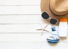 Μεγάλα καπέλο και εξαρτήματα γυναικών θερινής μόδας στην παραλία θάλασσα τροπική Ασυνήθιστη τοπ άποψη, colorfull υπόβαθρο Στοκ Εικόνες