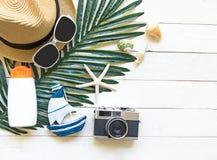 Μεγάλα καπέλο και εξαρτήματα γυναικών θερινής μόδας στην παραλία θάλασσα τροπική Ασυνήθιστη τοπ άποψη, άσπρο ξύλινο υπόβαθρο Στοκ εικόνες με δικαίωμα ελεύθερης χρήσης
