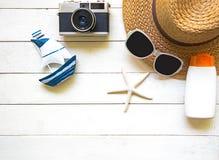 Μεγάλα καπέλο και εξαρτήματα γυναικών θερινής μόδας στην παραλία θάλασσα τροπική Ασυνήθιστη τοπ άποψη, άσπρο υπόβαθρο Στοκ Φωτογραφία