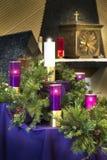 Μεγάλα κεριά στεφανιών εμφάνισης Χριστουγέννων για τον καθολικό εορτασμό εκκλησιών στοκ εικόνα