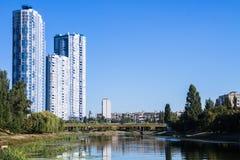 Μεγάλα κτήρια πέρα από τον ποταμό Στοκ εικόνα με δικαίωμα ελεύθερης χρήσης