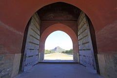 Μεγάλα κόκκινα βουνά πυλών και της Αφροδίτης στους ανατολικούς βασιλικούς τάφους Στοκ εικόνες με δικαίωμα ελεύθερης χρήσης