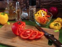 Μεγάλα κόκκινα τεμαχισμένα ντομάτα κομμάτια Στοκ Εικόνες