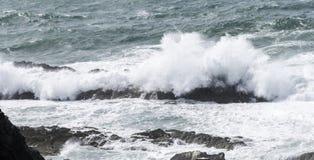 Μεγάλα κύματα πέρα από τους βράχους Στοκ εικόνα με δικαίωμα ελεύθερης χρήσης