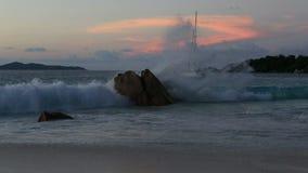 Μεγάλα κύματα στο ηλιοβασίλεμα στην παραλία Anse Λάτσιο απόθεμα βίντεο