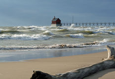 Μεγάλα κύματα στο μεγάλο φάρο λιμανιών στοκ εικόνα