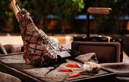 Μεγάλα μπριζόλα και λαχανικά κρέατος που βρίσκονται σε έναν πίνακα Στοκ Εικόνες