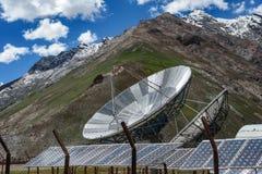 Μεγάλα δορυφορικά antena και ηλιακά πλαίσια πιάτων Στοκ εικόνες με δικαίωμα ελεύθερης χρήσης