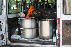 Μεγάλα δοχεία για τη μεταφορά των τροφίμων σε ένα φορτηγό μη κυβερνητικού ή Στοκ φωτογραφίες με δικαίωμα ελεύθερης χρήσης