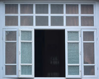 Μεγάλα παράθυρα στα παλαιά κτήρια ευρωπαϊκός-ύφους Στοκ Εικόνες