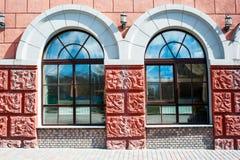 Μεγάλα παράθυρα στο παλαιό κτήριο Στοκ εικόνα με δικαίωμα ελεύθερης χρήσης