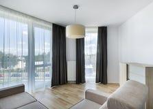 Μεγάλα παράθυρα στο σύγχρονο διαμέρισμα καθιστικών Στοκ εικόνα με δικαίωμα ελεύθερης χρήσης