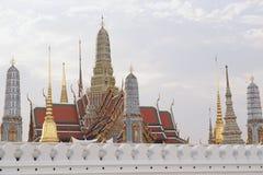Μεγάλα παλάτι και phra Wat kaew με άσπρο νεφελώδη Στοκ Φωτογραφία