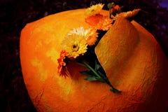 Μεγάλα πορτοκαλιά αυγό και λουλούδια Στοκ φωτογραφίες με δικαίωμα ελεύθερης χρήσης
