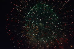 Μεγάλα πυροτεχνήματα στη σκοτεινή νύχτα Στοκ Εικόνες