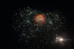 Μεγάλα πυροτεχνήματα στη σκοτεινή νύχτα Στοκ Φωτογραφία