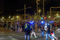 Μεγάλα πλήθη των ανθρώπων στην οδό τη νύχτα κάτω από τη αστυνομική παρουσία στη Βαρκελώνη Στοκ φωτογραφίες με δικαίωμα ελεύθερης χρήσης