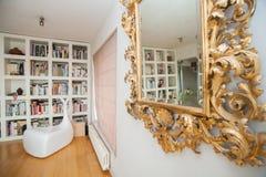 Μεγάλα ράφια βιβλιοθηκών με πολλά βιβλία Στοκ εικόνα με δικαίωμα ελεύθερης χρήσης