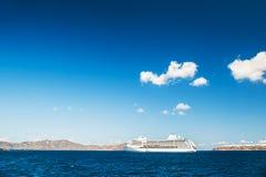 Μεγάλα σκάφη της γραμμής κρουαζιέρας κοντά στα ελληνικά νησιά Στοκ εικόνα με δικαίωμα ελεύθερης χρήσης