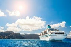 Μεγάλα σκάφη της γραμμής κρουαζιέρας κοντά στα ελληνικά νησιά Στοκ Εικόνα