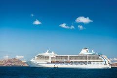 Μεγάλα σκάφη της γραμμής κρουαζιέρας κοντά στα ελληνικά νησιά Στοκ Εικόνες