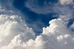 Μεγάλα σύννεφα στον ουρανό Στοκ Φωτογραφία