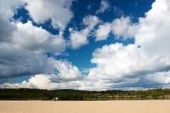 Μεγάλα σύννεφα στο μπλε ουρανό σε Ivalo Στοκ φωτογραφία με δικαίωμα ελεύθερης χρήσης