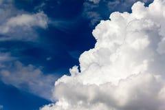 Μεγάλα σύννεφα στο μπλε ουρανό Στοκ φωτογραφία με δικαίωμα ελεύθερης χρήσης