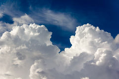 Μεγάλα σύννεφα στο μπλε ουρανό Στοκ Φωτογραφίες