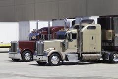 Μεγάλα φορτηγά εγκαταστάσεων γεώτρησης στην αποβάθρα Στοκ Εικόνες