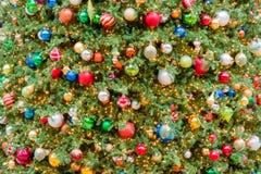 Μεγάλα φω'τα και διακοσμήσεις χριστουγεννιάτικων δέντρων Στοκ φωτογραφίες με δικαίωμα ελεύθερης χρήσης