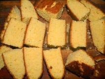 Μεγάλα χοντρά κομμάτια του τεμαχισμένου φρέσκου κέικ cornmeal Στοκ Εικόνες