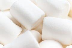 Μεγάλα Marshmallows Flaffy που απομονώνονται στην άσπρη μακροεντολή υποβάθρου Στοκ φωτογραφία με δικαίωμα ελεύθερης χρήσης