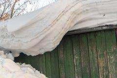 Μεγάλα Snowdrifts που κρεμούν από μια στέγη Στοκ φωτογραφία με δικαίωμα ελεύθερης χρήσης