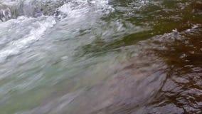 Μεγάλα stounes στον ποταμό βουνών απόθεμα βίντεο