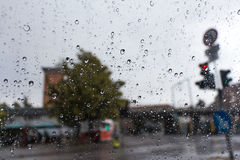 Μεγάλα waterdrops στο παράθυρο από τη βροχή Στοκ Φωτογραφίες