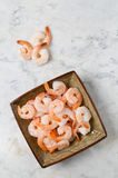 Μεγάλες γαρίδες σε ένα πιάτο σε έναν μαρμάρινο πίνακα Στοκ εικόνες με δικαίωμα ελεύθερης χρήσης