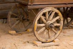 Μεγάλες εκλεκτής ποιότητας αγροτικές ξύλινες ρόδες βαγονιών εμπορευμάτων Στοκ Εικόνες