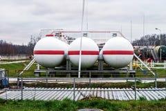Μεγάλες δεξαμενές πετρελαίου σε εγκαταστάσεις καθαρισμού Στοκ Εικόνες